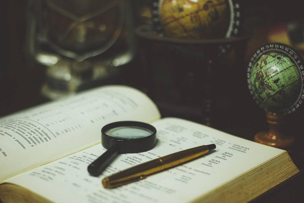 Libro y lupa